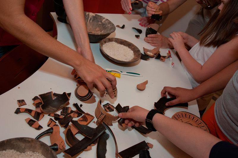 «Ερυθρόμορφο ή μελανόμορφο;», Ελένη Αλούπη και ομάδα ΘΕΤΙΣ. Τα παιδιά παίζοντας, μαθαίνουν για τα αρχαία αγγεία στο Μουσείο Μπενάκη.
