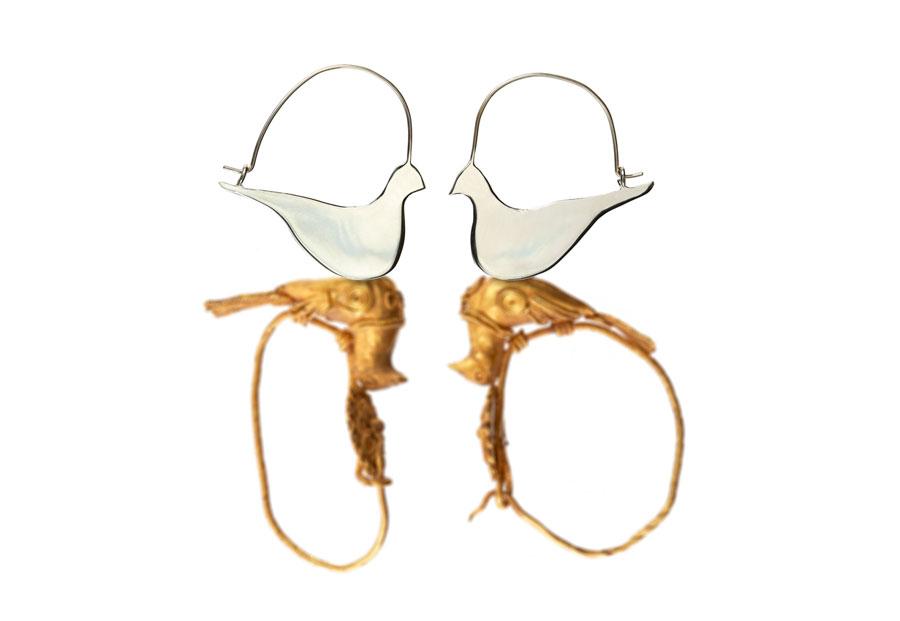 Ασημένια σκουλαρίκια της Έλενας Βότση. Από σκουλαρίκια του 2ου αιώνα π.Χ. Φωτογραφία: Γιώργος Βιτσαρόπουλος.