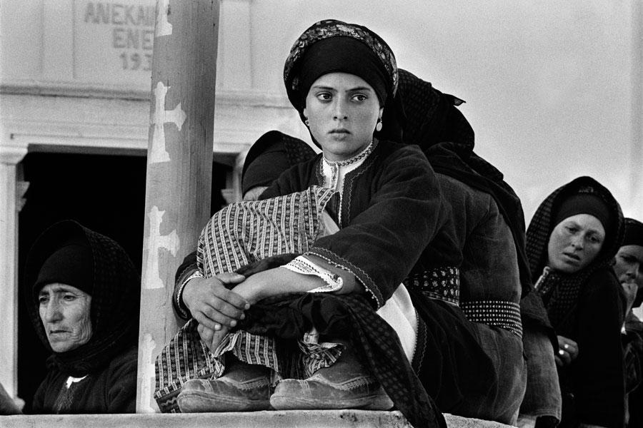 Κοιτάζοντας το χορό, Όλυμπος, Κάρπαθος, δεκαετία 1960. © Κωνσταντίνος Μάνος/MAGNUM/AURION.