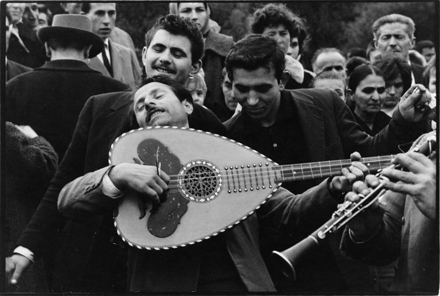 Μουσικοί, δεκαετία 1960. © Κωνσταντίνος Μάνος/MAGNUM/AURION.