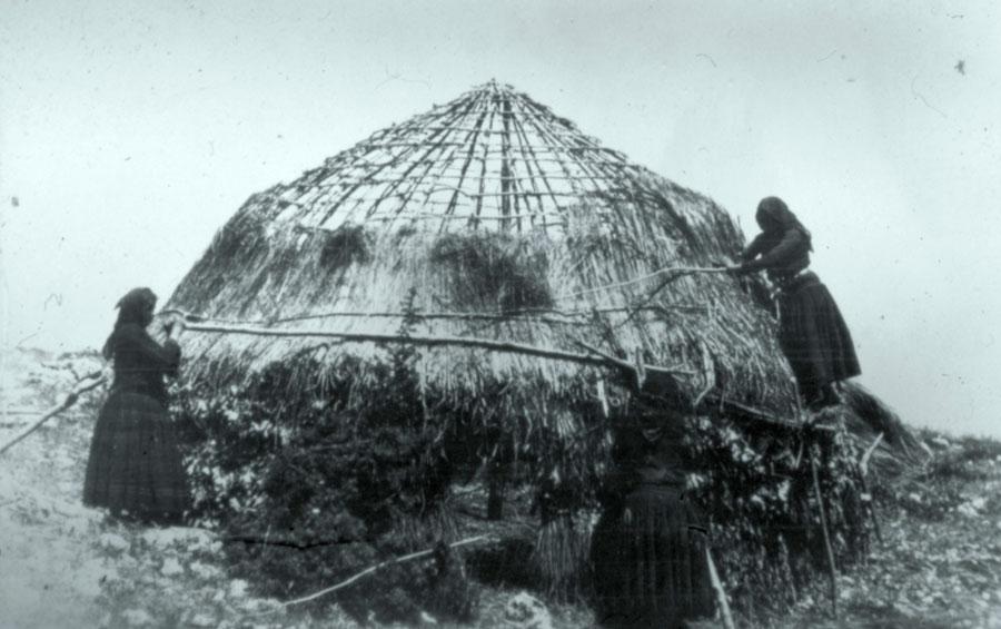 Το κονάκι συμβολίζει την παραδοσιακή νομαδική διαβίωση των Σαρακατσαναίων.