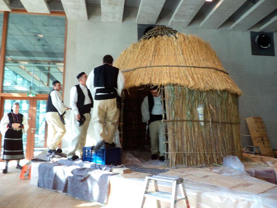 Mέλη της Αδελφότητας των εν Αθήναις Σαρακατσαναίων στήνουν το «κονάκι» στον εκθεσιακό χώρο του Μουσείου της Μασσαλίας.