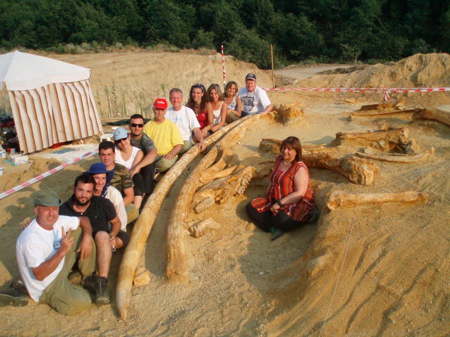 Η ανασκαφική ομάδα του 2007 στη θέση Μηλιά 5 με σημαντικά ευρήματα από τον μαστόδοντα Mammut borsoni 3.000.000 ετών.