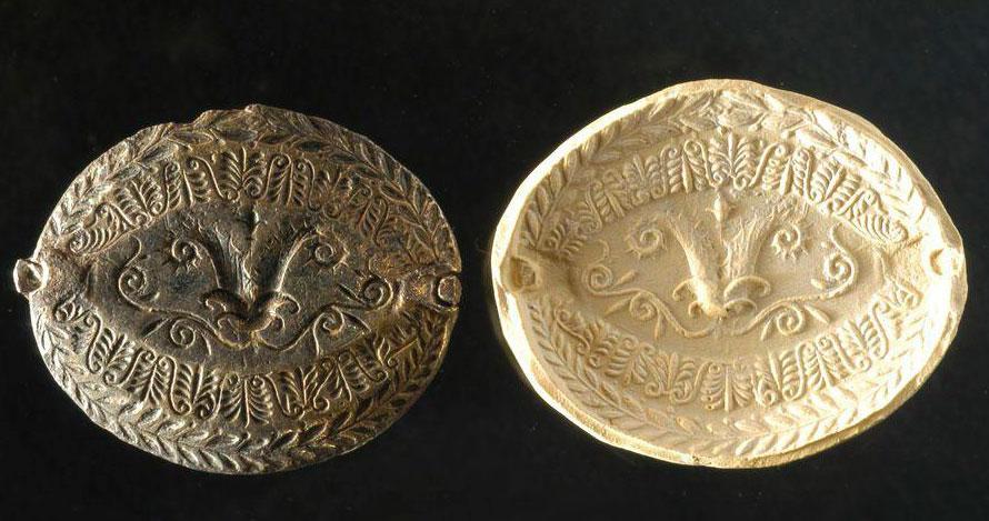 Οπίσθια όψη του αργυρεπίχρυσου σφραγιστικού δακτύλιου, όπου απεικονίζεται στεφάνι μυρτιάς. Αρχαιολογικό Μουσείο Ιωαννίνων (αρ. ευρ. ΑΜΙ 4279).