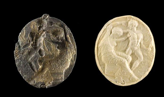 Πρόσθια όψη του αργυρεπίχρυσου σφραγιστικού δακτύλιου, με τη σκηνή του φόνου της Κλυταιμνήστρας από τον Ορέστη. Αρχαιολογικό Μουσείο Ιωαννίνων (αρ. ευρ. ΑΜΙ 4279).