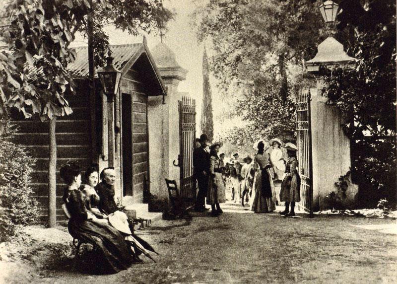 Μπροστά από τα Ανάκτορα δέσποζε ο Βασιλικός Κήπος.
