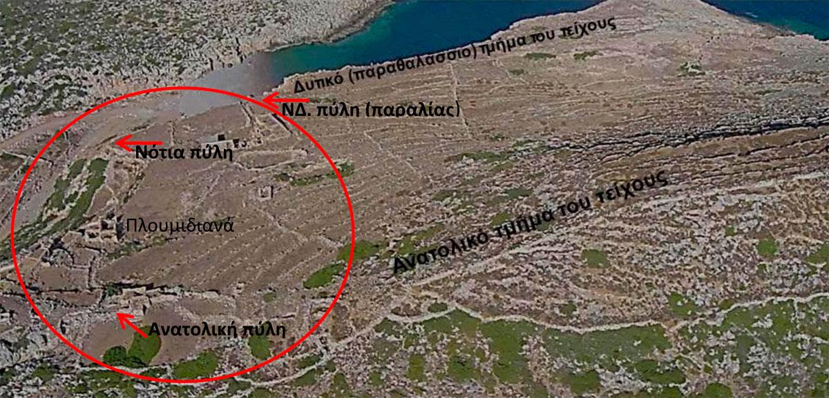 Εικ. 17. Αεροφωτογραφία του οχυρωμένου οικισμού της Αιγιλίας. Αριστερά στην εικόνα φαίνονται οι οικίες του οικισμού «Καστρισιάνικα» ή «Πλουμιδιανά» που ήταν κτισμένος πάνω σε τμήματα του νότιου και του νοτιοανατολικού τείχους (φωτογραφία Γιάννη Τζινάκου).
