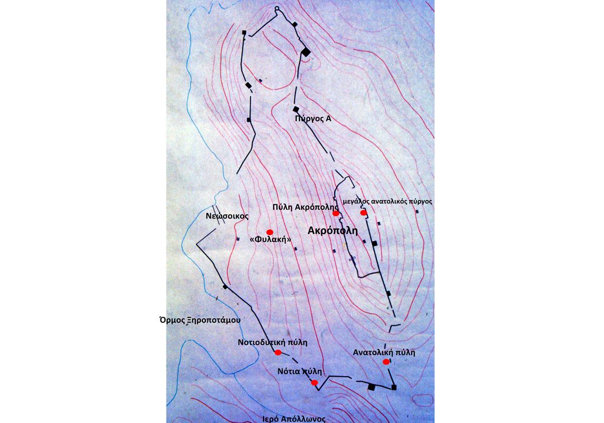 Εικ. 19. Κάτοψη της οχυρωμένης πόλης της Αιγιλίας (Αντικύθηρα). Στο ψηλότερο σημείο της πόλης υπάρχει μια δεύτερη οχύρωση,  η Ακρόπολη. Σημειώνονται οι θέσεις που ερευνήθηκαν και περιγράφονται στο κείμενο.