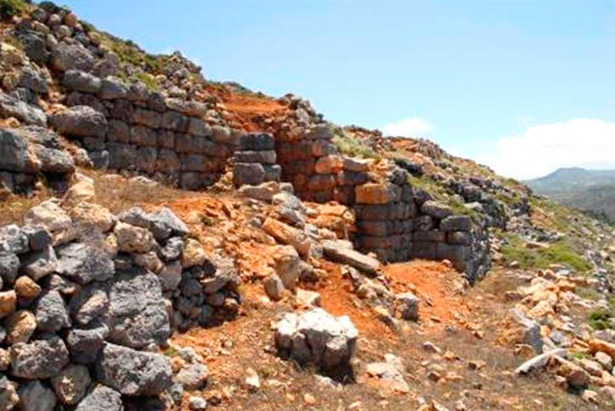 Εικ. 21. Το κατεστραμμένο προπύλαιο της Ακρόπολης του «Κάστρου». Διαπιστώθηκε ένα στρώμα καταστροφής στο πρώτο τρίτο του 3ου αι. π.Χ. και  αλλαγή του αρχικού σχεδίου με είσοδο από τα πλάγια. Η καταστροφή αυτή μπορεί να επηρέασε και την ενίσχυση του εσωτερικού τείχους της Ακρόπολης με μια επένδυση λίθων τοποθετημένων ισοδομικά (βλ. και εικ. 27).
