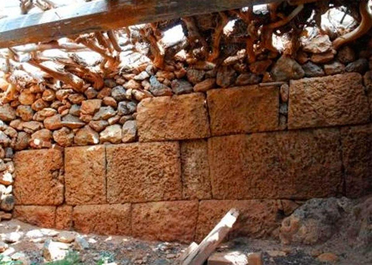 Εικ. 23. Άποψη του νότιου τμήματος του αρχαίου οχυρωματικού τείχους στο εσωτερικό των σπιτιών του συνοικισμού του «Κάστρου». Η ισχυρή δομή του εξασφάλιζε την αντοχή της νεότερης κατασκευής.