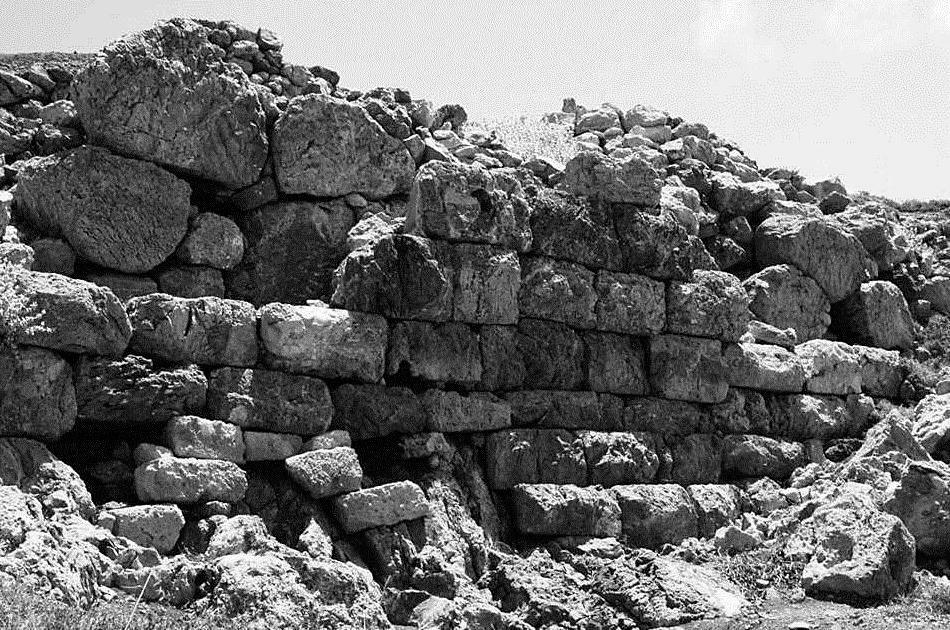Εικ. 27. Το τείχος της Ακρόπολης προς το εσωτερικό της πόλης. Φαίνεται η πολυγωνική «ακατάστατη» δόμηση η οποία καλύφθηκε («επενδύθηκε») αργότερα με ψευδοϊσόδομο τείχος αυξάνοντας το πάχος κατά 50-60 εκ.
