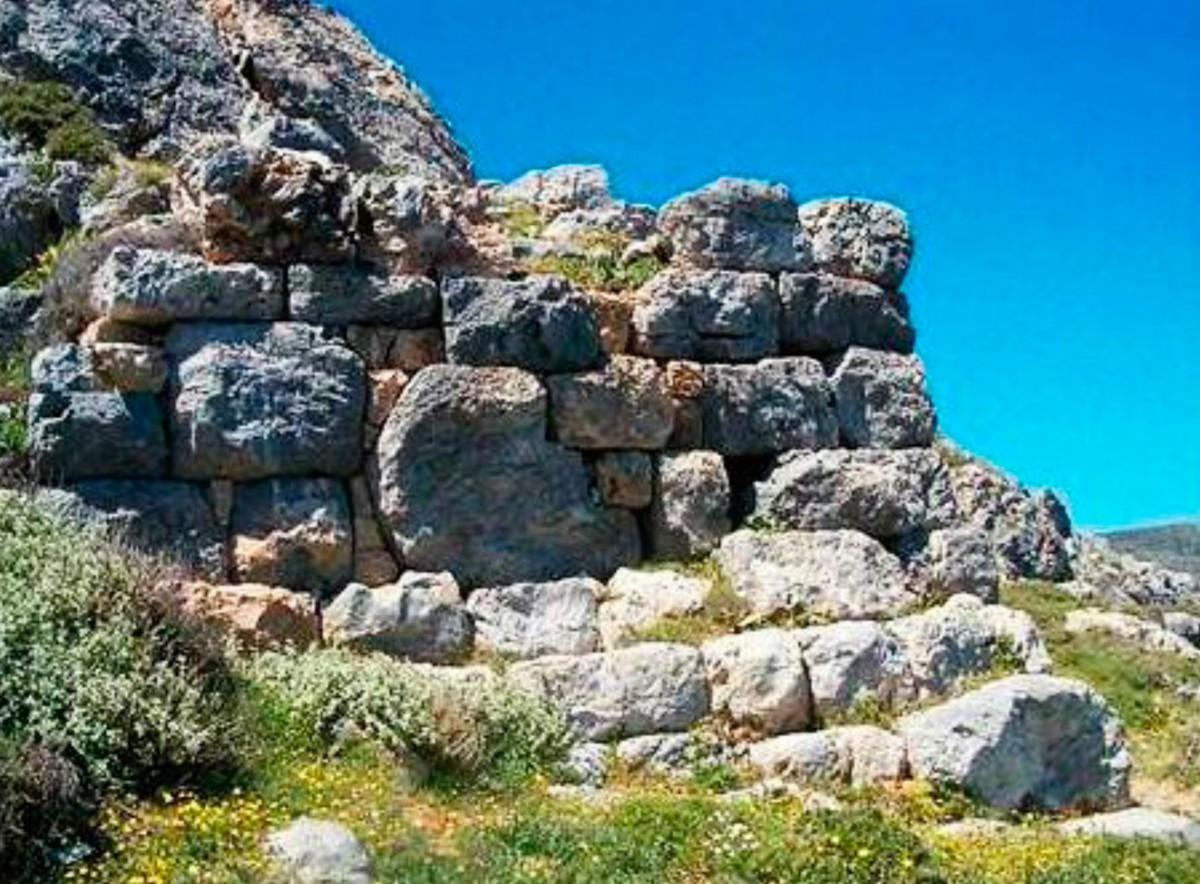 Εικ. 28. Άποψη μεγάλου πύργου στο ανατολικό τμήμα της οχύρωσης. Δεν έχει συνέχεια με το τείχος, αλλά στηρίζεται στο βράχο που βρίσκεται στο ψηλότερο σημείο της οχύρωσης και προστατεύει την οικία του «ανώτατου» αξιωματούχου της πόλης (βλ. και εικ. 20). Το σωζόμενο ύψος του πύργου είναι 9 μ. και είναι κατασκευασμένος από τοπικό υλικό που επέβαλε τον σχετικά «ακατάστατο» τρόπο δόμησης.