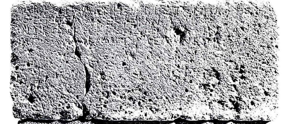 Εικ. 3. Η ενεπίγραφη βάση αναθηματικού μνημείου που αποκάλυψε το 1889 ο Βαλέριος Στάης στην παραλία «Ξηροποτάμου». Αναγράφει ότι είναι ανάθημα του Θεσσαλού (Θετταλοῦ ἐκ Φερῶν) Αριστομένη Αριστομήδους και του Αθηναίου Νίκωνος Κηφισοδώρου (φωτογραφία Valtin von Eiksted).