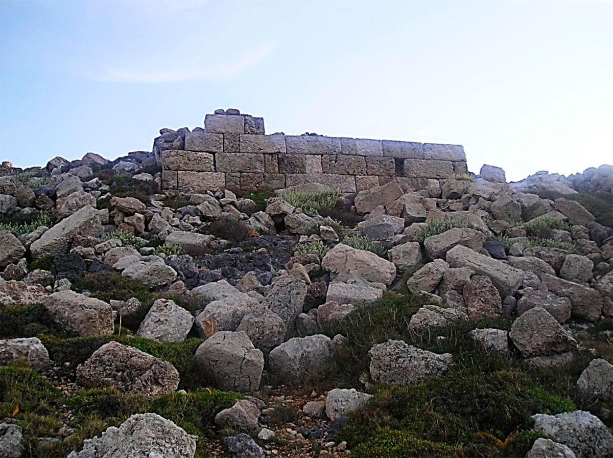 Εικ. 30. Ο καλύτερα διατηρημένος πύργος της οχύρωσης («Πύργος Α»). Σώζεται σε ύψος πέντε δόμων. Η μεγάλη απόσταση από τον οικισμό και η δυσκολία πρόσβασης «άφησαν» το πεσμένο οικοδομικό υλικό στη θέση του κάνοντας εφικτή τη  μερική αποκατάστασή του.