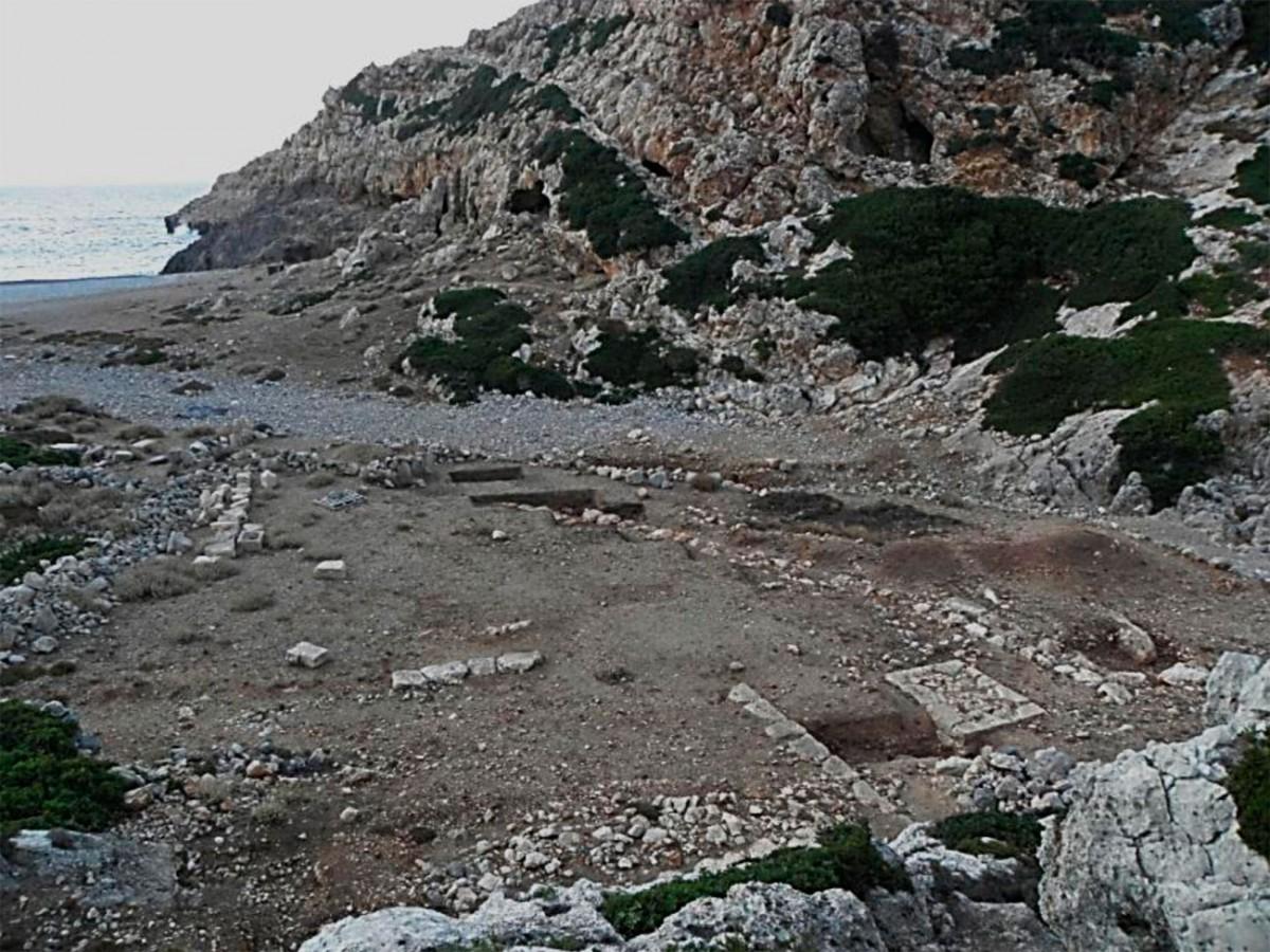 Εικ. 4. Η παραλία του Ξηροποτάμου με το ιερό του Απόλλωνος και της Αρτέμιδος.