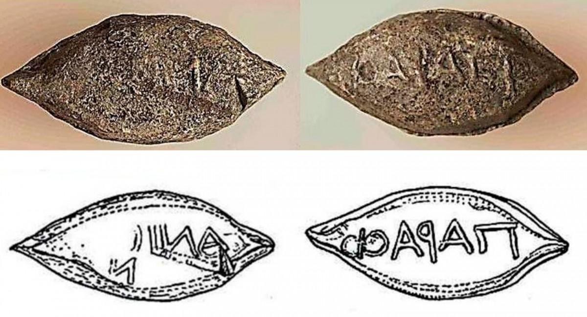 Εικ. 40. Μία από τις δύο μολυβδίδες (βλήματα σφεντόνας) που βρέθηκαν στο εσωτερικό της οχύρωσης και φέρουν την επιγραφή ΠαραΦ / ανίων (παρά Φαλασαρνίων) και δεν έχουν ίχνη χτυπήματος. Η εικονιζόμενη μολυβδίδα βρέθηκε σε στρώμα του πρώτου μισού του 3ου αι. π.Χ.