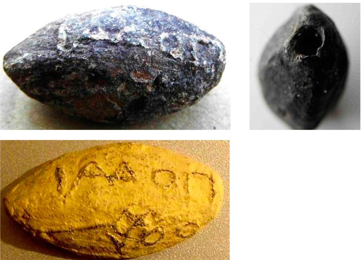 Εικ. 42. Μολυβδίδα (βλήμα σφεντόνας) αχρησιμοποίητη που βρέθηκε εντός της οχύρωσης και είναι σφραγισμένη με  το όνομα Ποδαίθου και ένα κηρύκειο (τη μολυβδίδα βρήκε μέσα στο οχυρό, το 1962, και παρέδωσε στην Αρχαιολογική Υπηρεσία ο κ. Δημ. Αρτέμης). Ο Πόδαιθος έζησε τον 2ο αι. π.Χ. και  ήταν αξιωματούχος της Λατούς, πόλη της ανατολικής Κρήτης με επίσημους θεούς την Εστία και τον Ερμή. Η εύρεση των μολυβδίδων με το σφράγισμα αυτό επιβεβαιώνει τις συμμαχίες της Φαλάσαρνας στους πολέμους των κρητικών πόλεων. Στην εικόνα δεξιά φαίνεται η μικρή οπή, μήκους 6 χλστ. και διαμέτρου 2 χλστ., η οποία πιθανότατα προοριζόταν να γεμίσει με δηλητήριο. (H κάτω εικόνα είναι φωτογραφία του γύψινου εκμαγείου στο οποίο διακρίνονται ευχερέστερα τα γράμματα και το συμβολικό κηρύκειο.)