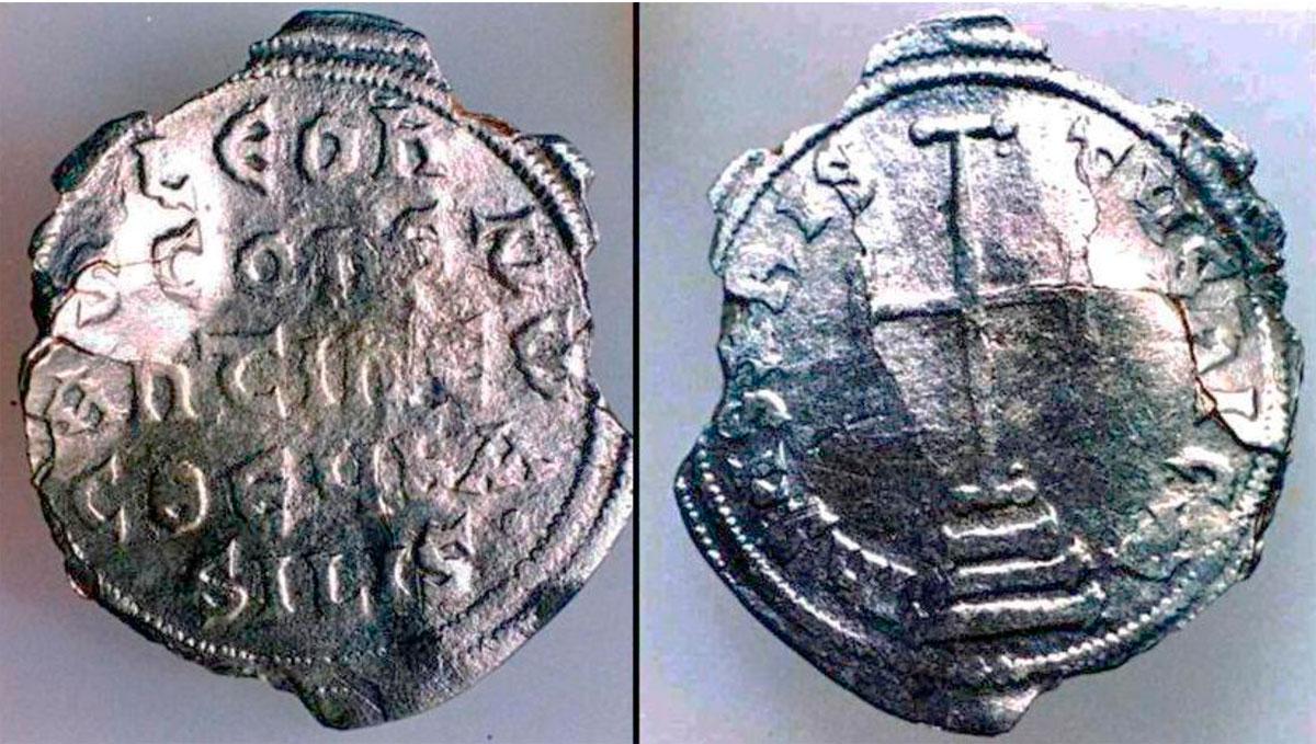 Εικ. 50. Ασημένιο νόμισμα του Λέοντος Δ΄ - Χάζαρου (775-780 μ.Χ) που βρέθηκε στην περιοχή του Αγίου Μύρωνα στο κέντρο του νησιού (το νόμισμα βρήκε, το 1962,  ο ακούραστος περιπατητής και ερευνητής όλων των νησιών και των παραλιών του νοτιοδυτικού Αιγαίου, Άδωνις Κύρου, ο οποίος έχει παραδώσει στην Αρχαιολογική Υπηρεσία και πολλά νομίσματα και μολυβδίδες των Αντικυθήρων). Την περίοδο αυτή δεν εντοπίστηκαν άλλα ίχνη κατοίκησης και είναι πολύ πιθανό το νόμισμα να απωλέσθηκε από τους Άραβες πειρατές που λυμαίνονταν την περιοχή του νότιου Αιγαίου από τα μέσα του 8ου αι. μ.Χ.