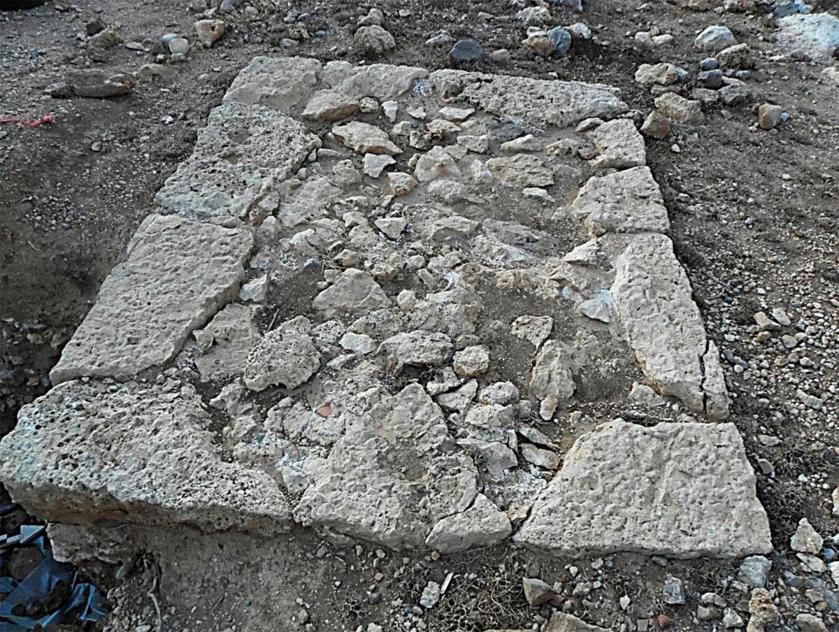 Εικ. 6. Το θεμέλιο του βωμού του ιερού στην παραλία του Ξηροποτάμου.