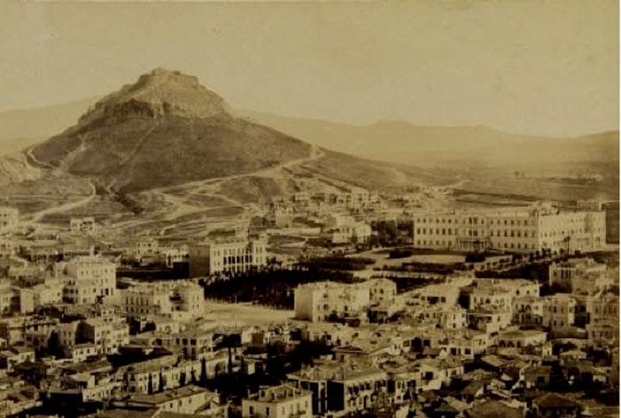 Εικ. 1. H Πλατεία Συντάγματος και ο Λυκαβηττός, περίπου στα 1865. Δημήτριος Κωνσταντίνου (ΦΑ_1_33). Φωτογραφικό Αρχείο Μουσείου Μπενάκη.