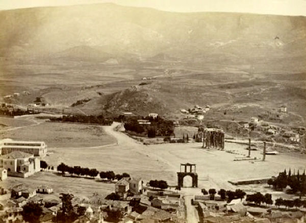 Εικ. 2. Πανοραμική άποψη της περιοχής του Ολυμπιείου και του Ζαππείου. Αθήνα, γύρω στα 1870. Πέτρος Μωραΐτης (ΦΑ_1_1279). Φωτογραφικό Αρχείο Μουσείου Μπενάκη.