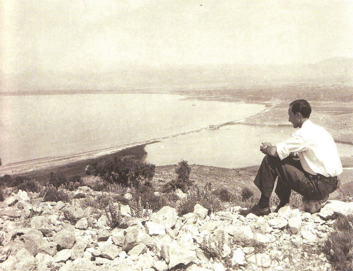 Εικ. 9. Ο  Ι. Τραυλός ατενίζει τη λίμνη Κουμουνδούρου από το λόφο της Ηχούς. J. Travlos,  Bildlexikon zur Topographie des antiken Attika, 1988, σ. 188.