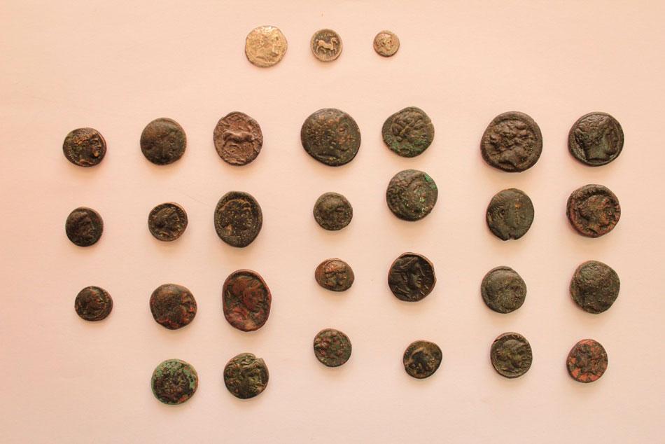 Αρχαία νομίσματα που κατείχε παράνομα ένας 53χρονος αρχαιοκάπηλος ο οποίος συνελήφθη στη Μαρίνα Φλοίσβου (φωτ. Ελληνική Αστυνομία).