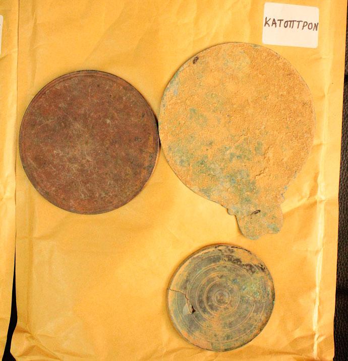 Κάτοπτρο που κατείχε παράνομα ένας 53χρονος αρχαιοκάπηλος ο οποίος συνελήφθη στη Μαρίνα Φλοίσβου από αστυνομικούς του Τμήματος Πολιτιστικής Κληρονομιάς και Αρχαιοτήτων (φωτ. Ελληνική Αστυνομία).