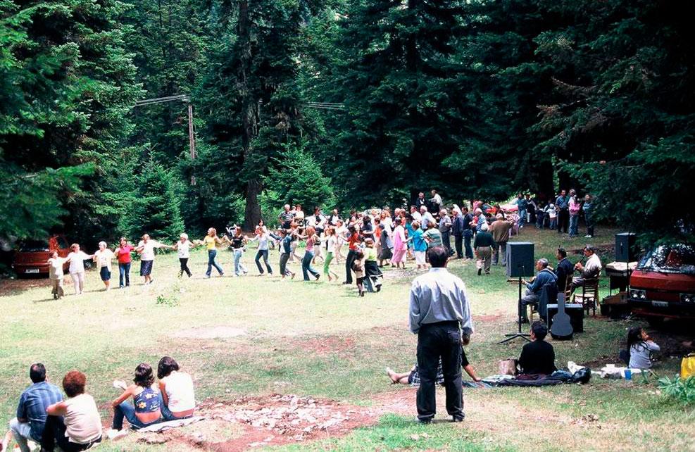 Εικ. 3. Χορός στην τοποθεσία Ασβεσταριά Κρανιάς Ασπροποτάμου, νομού Τρικάλων (Παρασκευάς Ποτηρόπουλος, 2004).