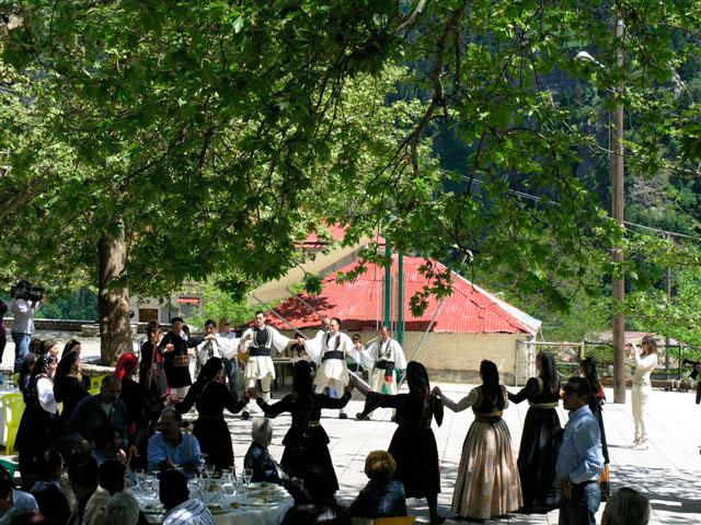 Εικ. 2. Χορός στο Γαρδίκι Ασπροποτάμου, νομού Τρικάλων (Ευάγγ. Καραμανές, 2007).