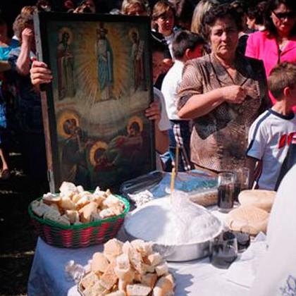 Εικ. 4. Αρτοκλασία στον ιερό ναό της Μεταμορφώσεως του Σωτήρος στο Χαλίκι Ασπροποτάμου, νομού Τρικάλων (Ευάγγ. Καραμανές, 6 Αυγ. 2004).