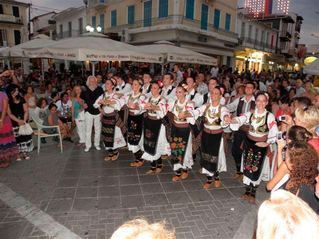 Εικ. 1. Χορευτικό συγκρότημα από τη Σερβία κατά την κεντρική παρέλαση του Διεθνούς Φεστιβάλ Φολκλόρ Λευκάδας (Ευάγγ. Καραμανές, Λευκάδα, 19 Αυγ. 2012).