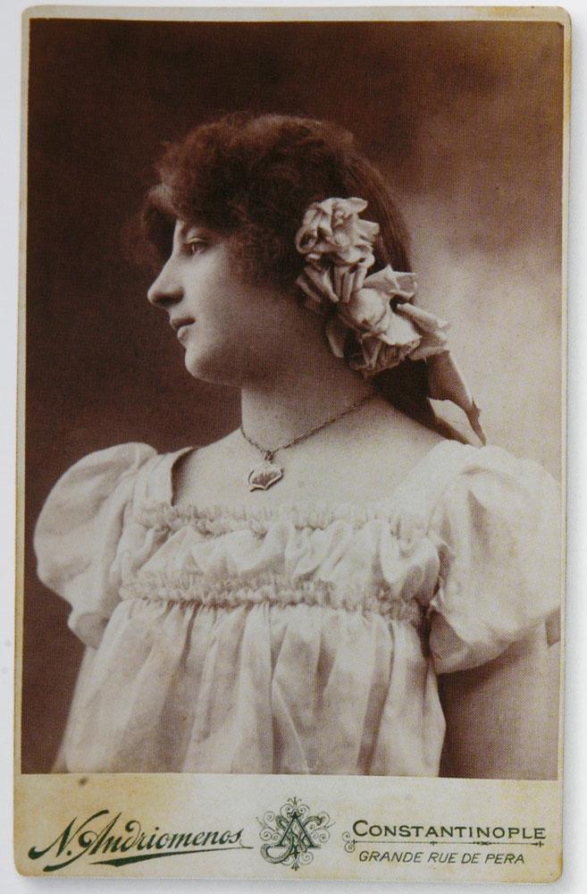 Εικ. 10. Ηθοποιός σε προφίλ γύρω στο 1900. Φωτογραφία του Νικόλαου Ανδρειωμένου.