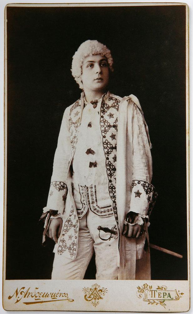 Εικ. 11. Ηθοποιός γύρω στο 1895. Φωτογραφία του Νικόλαου Ανδρειωμένου.