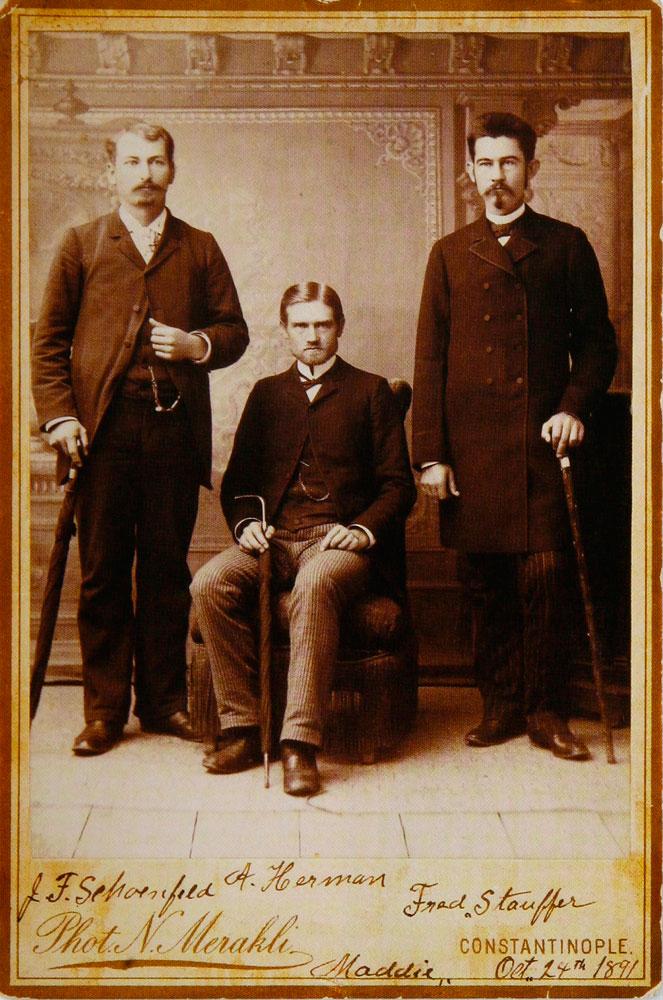 Εικ. 9. Αναμνηστική φωτογραφία τριών αμερικανών φίλων στην Κωνσταντινούπολη: F.Schoenfeld, A.Herman, Fred Stauffer, 24 Οκτωβρίου 1891. Φωτογραφία του Νεοκλή Μερακλή.