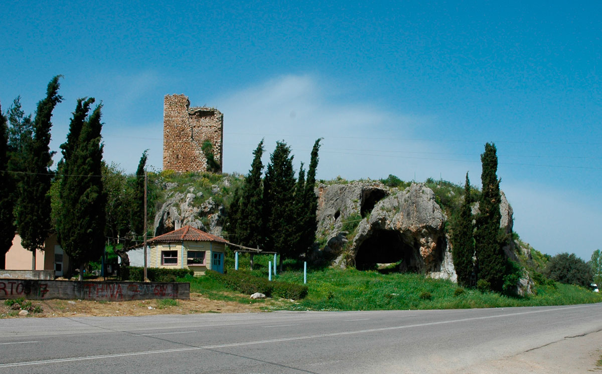 Εικ. 2. Ο μεσαιωνικός πύργος και το ομώνυμο σπήλαιο (προσωπικό αρχείο).
