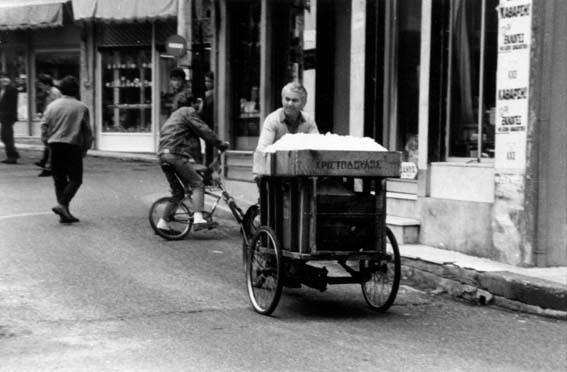 Ο παγοπώλης κυκλοφορούσε μέχρι τα μέσα του 20ού αιώνα σε διάφορες πόλεις της Ελλάδας.