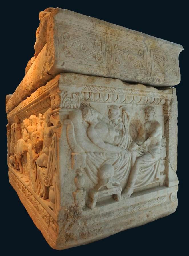 Μαρμάρινη σαρκοφάγος από το Λαδοχώρι Θεσπρωτίας, δεξιά όψη. Αρχαιολογικό Μουσείο Ιωαννίνων (ΑΜΙ 6167).