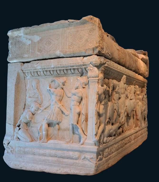 Μαρμάρινη σαρκοφάγος από το Λαδοχώρι Θεσπρωτίας, αριστερή όψη. Αρχαιολογικό Μουσείο Ιωαννίνων (ΑΜΙ 6167).