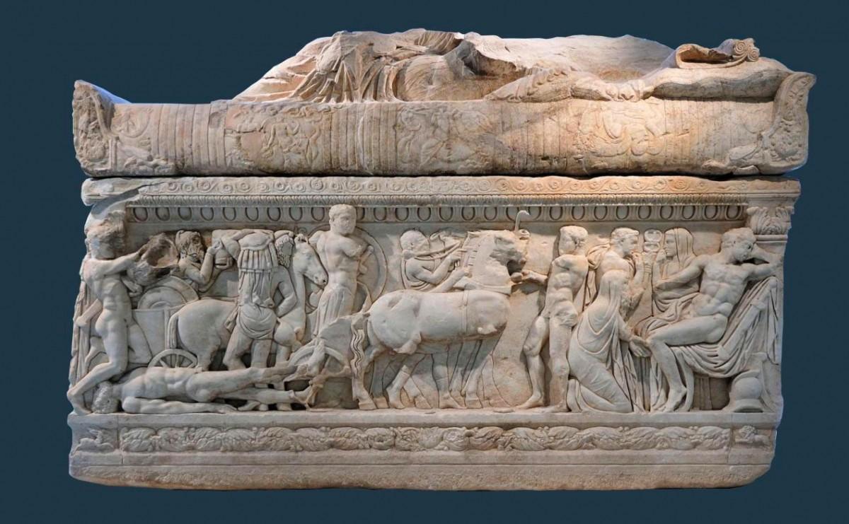 Μαρμάρινη σαρκοφάγος από το Λαδοχώρι Θεσπρωτίας, κύρια όψη. Αρχαιολογικό Μουσείο Ιωαννίνων (ΑΜΙ 6167).