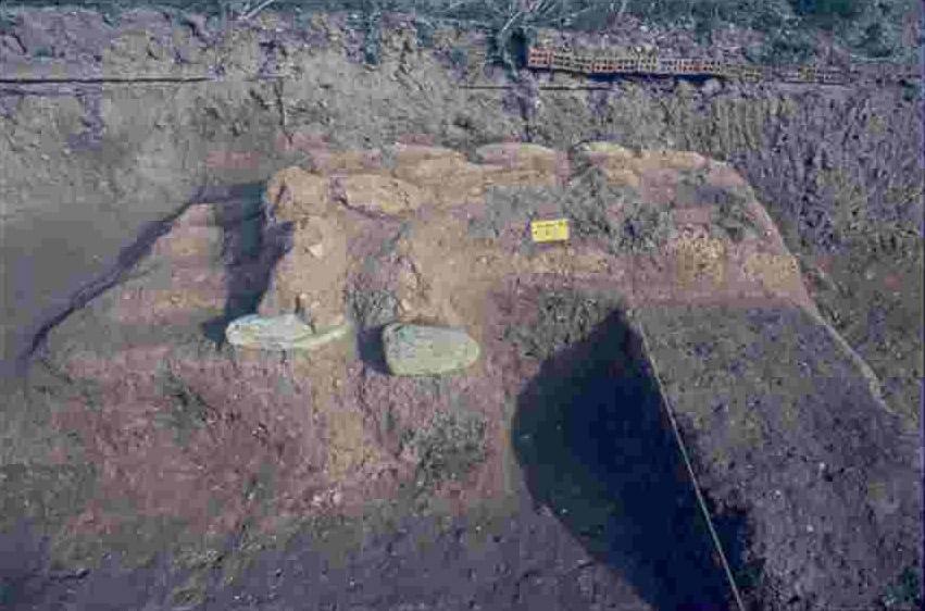 Εικ. 3. Τμήμα πλινθόκτιστου τοίχου οικίας της φάσης Σταυρούπολη Ι.