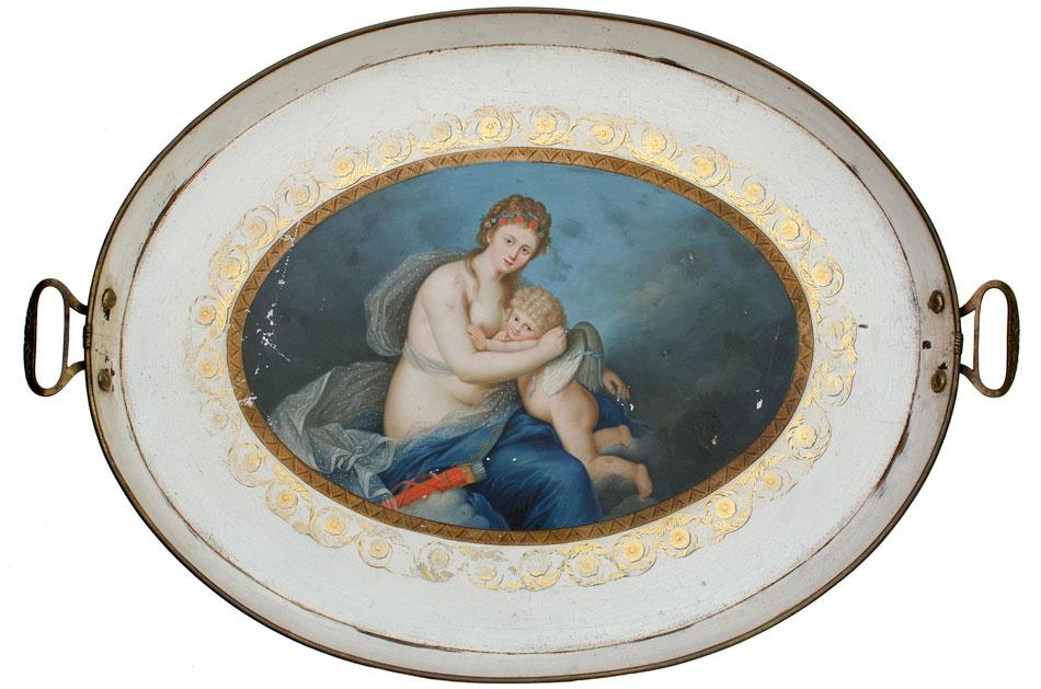 Δίσκος με την παράσταση «Η Αφροδίτη δένει τα φτερά του Έρωτα», βασισμένη σε χαρακτικό του C.G. Schultze που αναπαράγει παστέλ της Louise Elisabeth Vigée-Lebrun. 1782-1800, Βόρεια Ευρώπη. Συλλογή Lesueur.