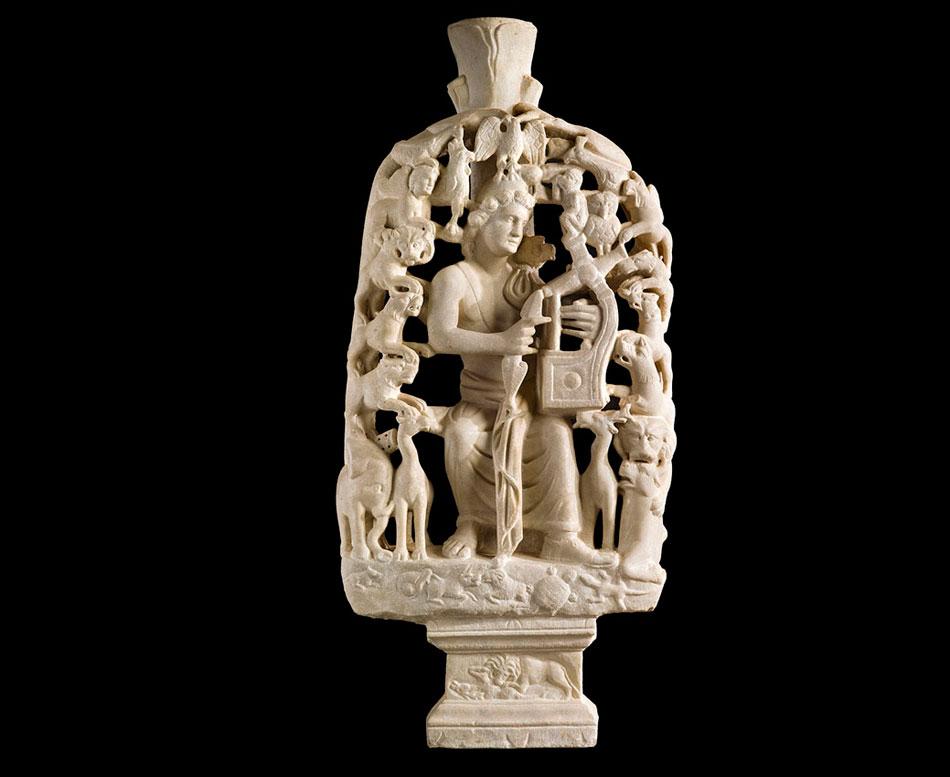 Ο Ορφέας με τη λύρα του «μαγεύει» τα ζώα. Τραπεζοφόρο. 4ος αιώνας. Βυζαντινό και Χριστιανικό Μουσείο, Αθήνα.