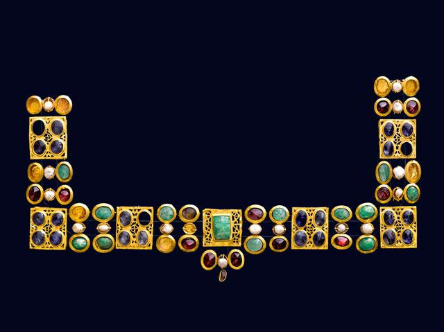 Χρυσό περιδέραιο με πολύτιμους λίθους. 330-350. Μουσείο Κυκλαδικής Τέχνης, Αθήνα.