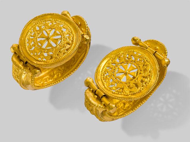Ζεύγος χρυσών ενωτίων. 6ος αιώνας. Μουσείο Μπενάκη, Αθήνα.