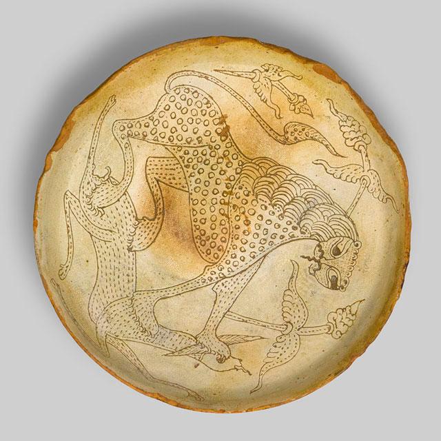 Λέων που επιτίθεται σε ελάφι. Κεραμικό πινάκιο. Μέσα 12ου αιώνα. 7η Εφορεία Βυζαντινών Αρχαιοτήτων.