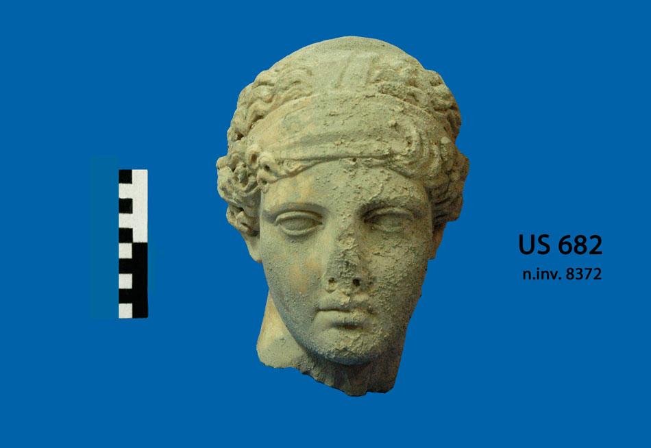 Γόρτυνα. Υστερορωμαϊκά Λουτρά νότια του «Pretorio». Γυναικείο κεφάλι μαρμάρινου αγάλματος που μπορεί να ταυτιστεί με την Υγεία του τύπου «Hope» (φωτ. Ιταλική Αρχαιολογική Σχολή Αθηνών).