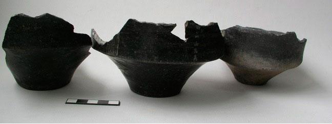 Εικ. 10. Αγγεία με μαύρη στιλβωμένη επιφάνεια και λευκή διακόσμηση, Nεότερη Nεολιθική περίοδος.