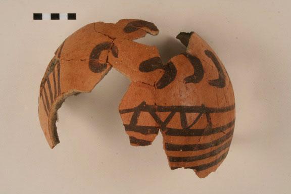 Εικ. 14. Αγγείο με διακόσμηση «μαύρο σε κόκκινο», Νεότερη Νεολιθική περίοδος.