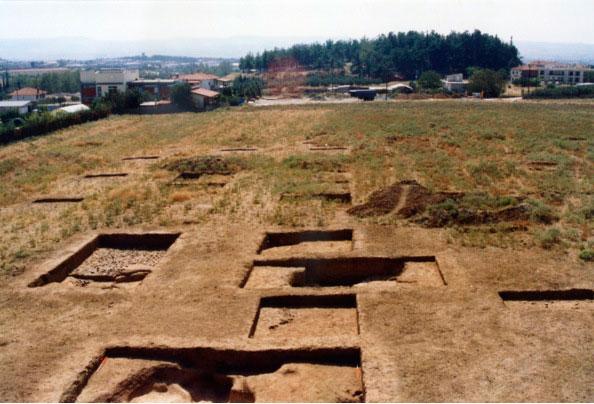 Εικ. 2. Σε πρώτο πλάνο η ανασκαφή του νεολιθικού οικισμού, στο βάθος η Τράπεζα των ιστορικών χρόνων.